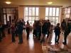 účastníci ve vstupní hale školy
